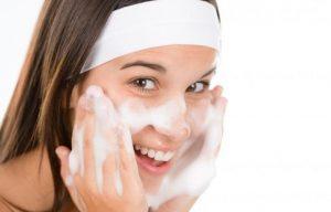 Rửa sạch mặt trước khi đắp mặt nạ nghệ