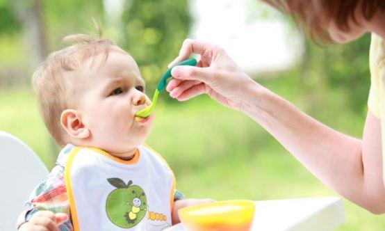Cách cho bé ăn dặm và chia sẻ kinh nghiệm nuôi con