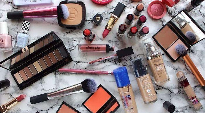 Đồ make up trong túi xách của phái nữ