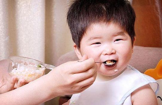 Khi nào cho bé ăn dặm lần đầu