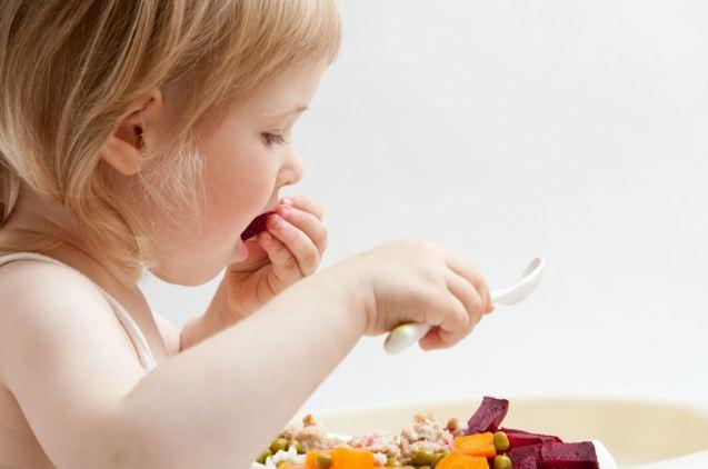 Cho bé tự xúc ăn