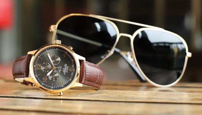 Kinh doanh nhỏ tại nhà với mũ, kính mắt, đồng hồ
